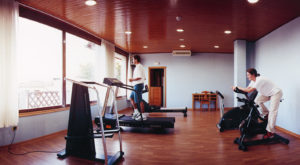 Hay muchos tipos de ejercicios cardiovasculares muy entretenidos. ¿Por qué limitarte a uno?