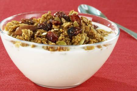 Doble delicia para las mañanas: yogurt bajo en grasas y cereal. Fibra y calcio parea fortalecernos y energizarnos