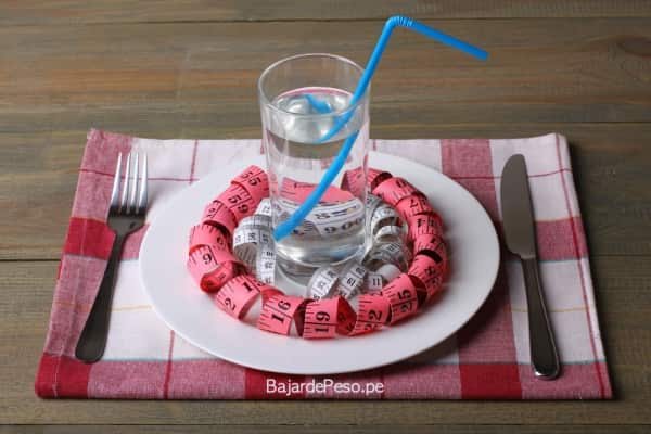 Tomar agua baja de peso